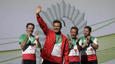 墨西哥总统涅托与民众一起参加跑步比赛