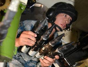 空降部隊實彈攻擊演練 首見士兵03戰車內部裝彈