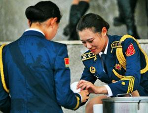 閱兵訓練儀仗隊女兵衣服濕透