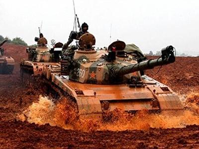 解放軍坦克衝過泥潭 步兵趴泥水中射擊