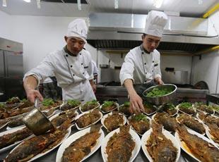 探秘閱兵村炊事班製作豐盛飯菜