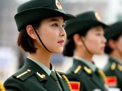 """受閱女兵的一天:地面燙熟雞蛋 唱""""小蘋果"""""""