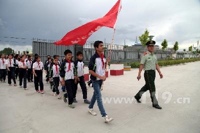 图为温宿县200余名小朋友走进红门参观学习