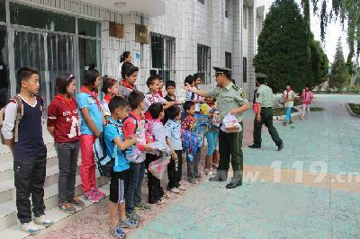 图为阿克苏市消防官兵走访慰问福利院儿童
