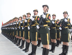 閱兵儀仗隊女兵持槍訓練英姿