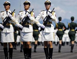 外國記者鏡頭中受閱部隊 緊盯女兵與導彈