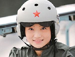 戰機女飛行員再受閱 曾是舞蹈高手封面女郎