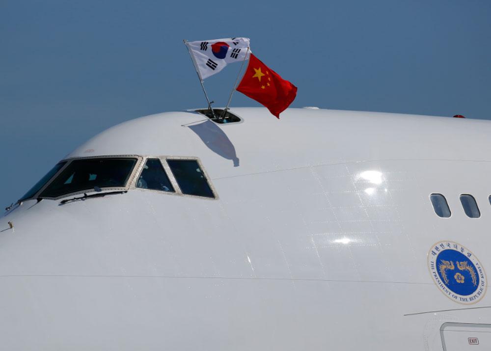 【全球头图】朴槿惠专机抵京挂中韩两国国旗