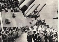 """1945年9月2日:日本向盟国无条件投降的签字仪式在美国""""密苏里""""号军舰上举行"""