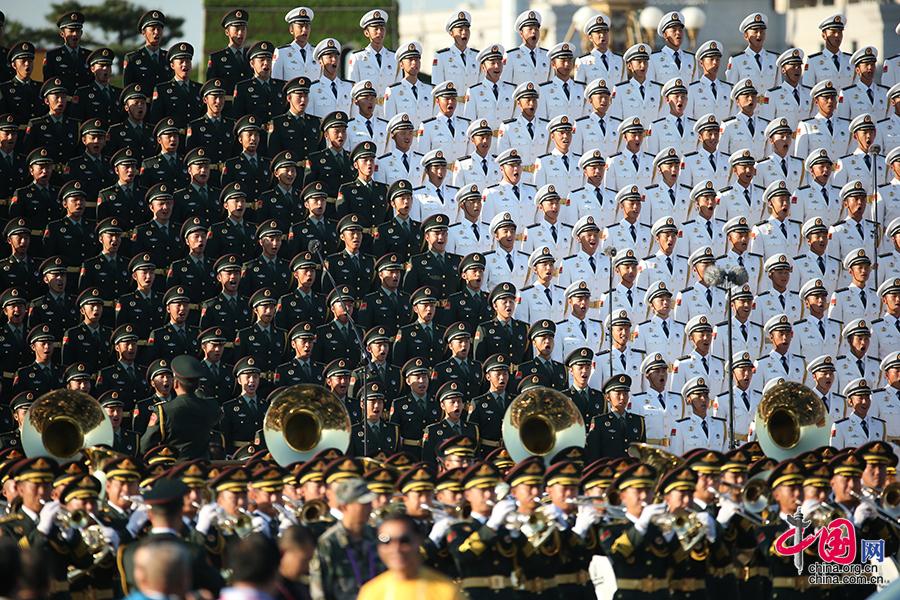 中國人民抗日戰爭暨世界反法西斯戰爭勝利70週年紀念大會即將開始,軍樂團和合唱團到達天安門廣場後進行預演