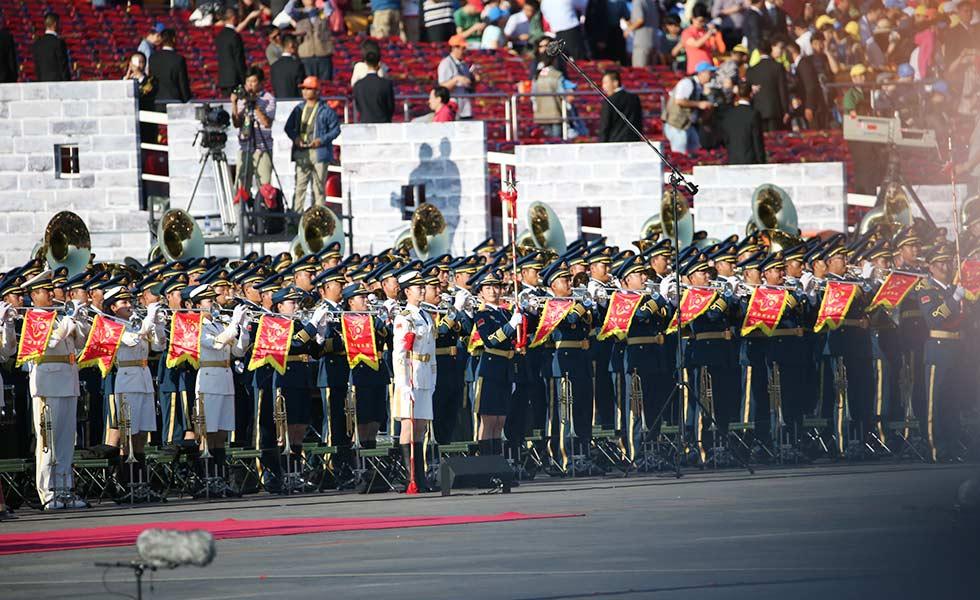五线谱上踢正步:阅兵式上的千人军乐团