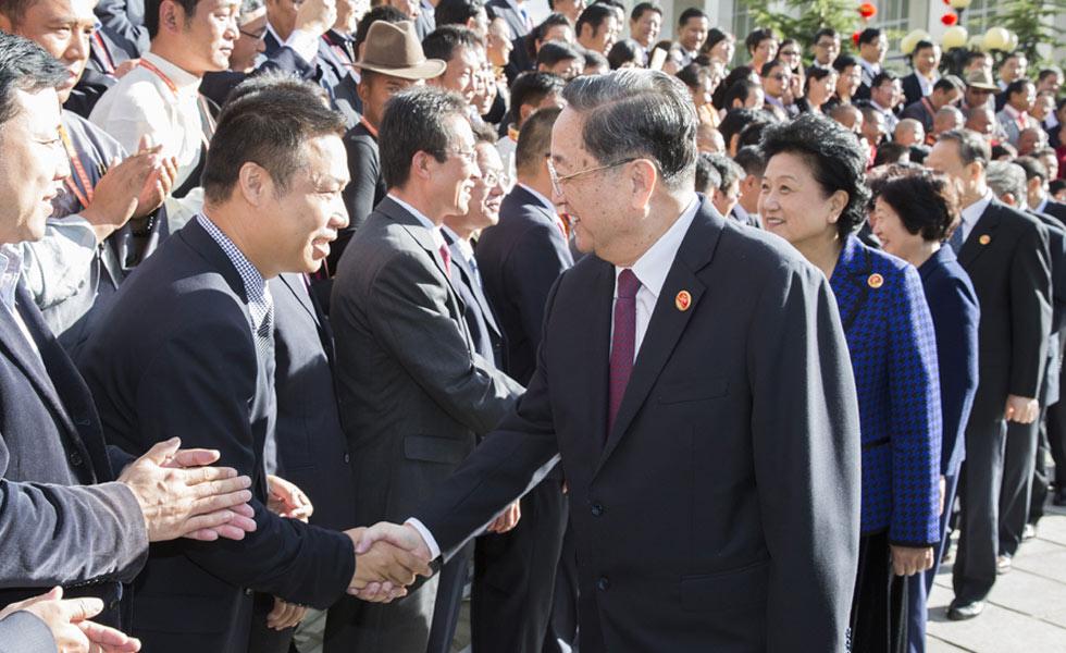 俞正声会见西藏自治区各族各界群众代表和援藏干部