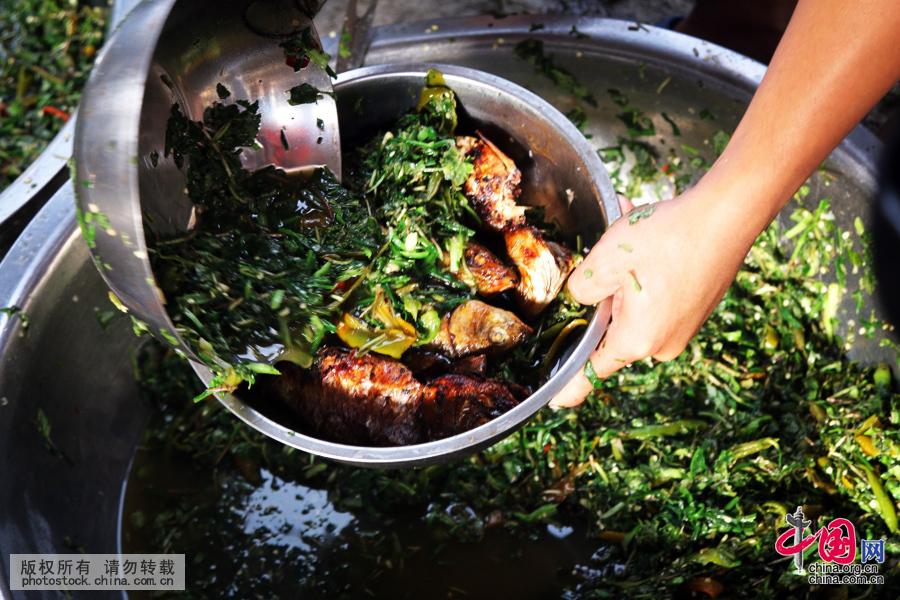 韭菜、毛毛菜等当地特有的原生态野菜,经过精心加工,与烧鱼伴匀,味美可口,别有风味。中国网图片库 张晖摄