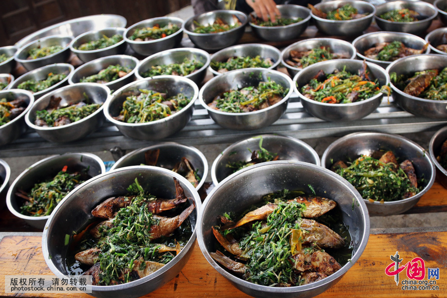 侗族的烧鱼,历来以其味道鲜,嫩,香,美著称,而且吃法新颖别致,饶有风味。中国网图片库 张晖摄