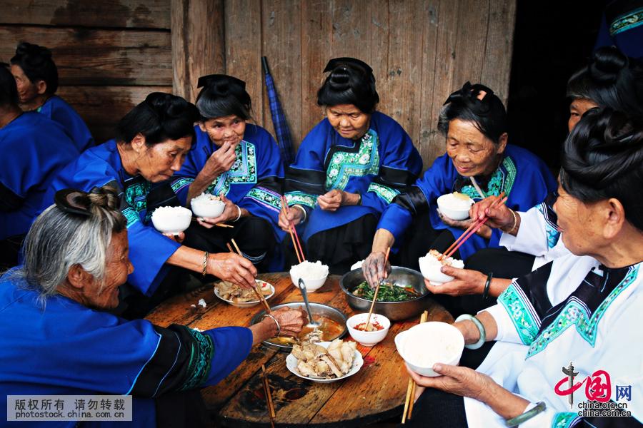"""同时,侗家食鱼的方法多种多样。其中,""""炕鱼""""和""""烧鱼""""就是侗家的风味佳肴。中国网图片库 张晖摄"""