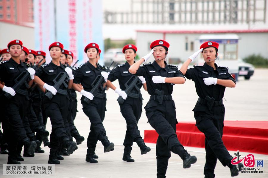 日,英姿飒爽的女警方队走过主席台接受检阅.中国网图片库格日勒
