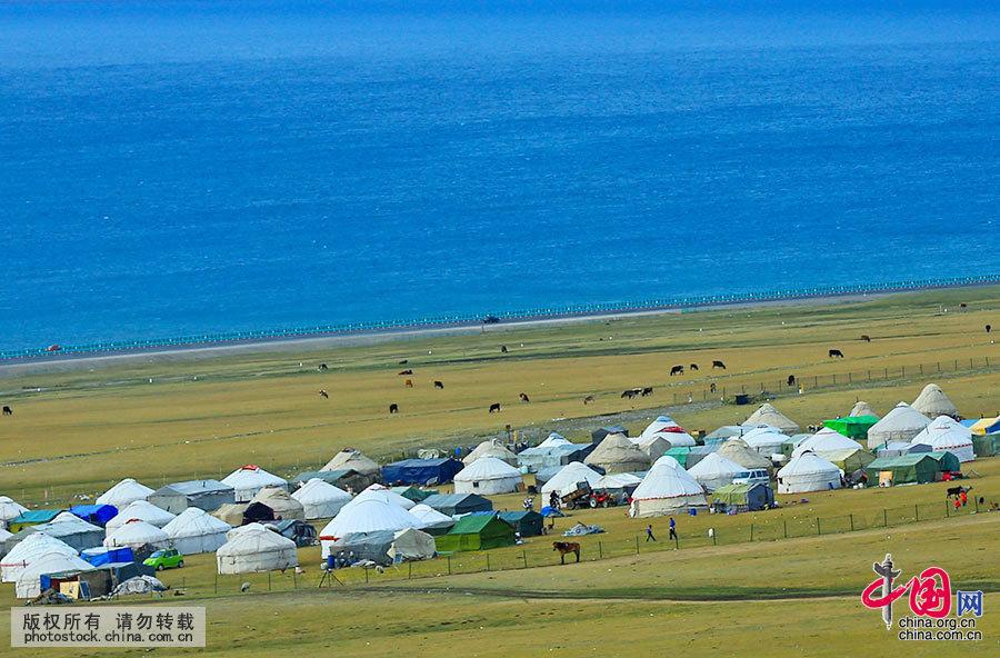 毡房里住着热情好客淳朴的少数民族哈萨克族 。哈萨克族大部分从事畜牧业,为了适应游牧生活的需要,他们的先祖创造了一种造型别致、具有民族风格的建筑——毡房。毡包是牧民移动的家。每年5月至10月,哈萨克族牧民将几百头牲畜赶到赛里木湖畔,支起帐篷,一家人在毡包里一住就是四五个月。中国网图片库 杨东摄