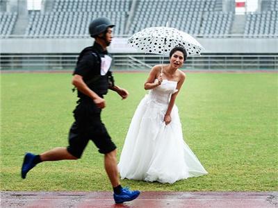 特警比武新娘穿婚紗雨中加油