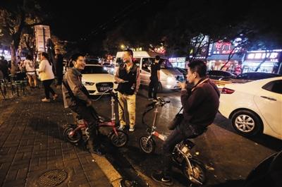 聊天 行业/9月25日,簋街某饭店门前,三名代驾在聊天。