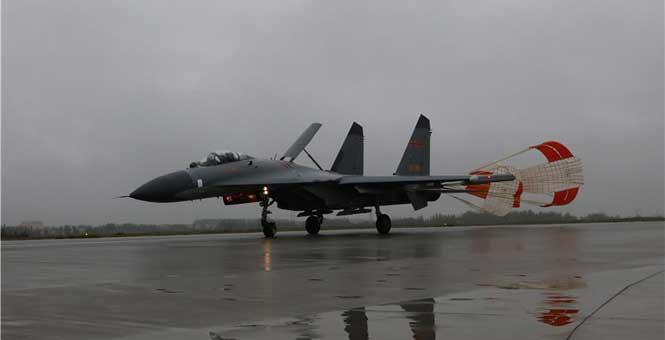 殲11重型機雨中練超低空突防