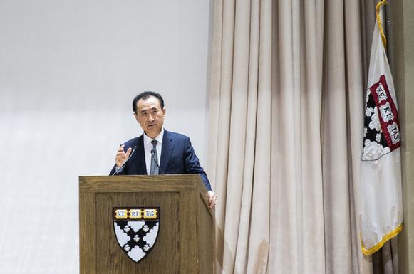 万达集团董事长王健林在美国哈佛大学进行演讲图片