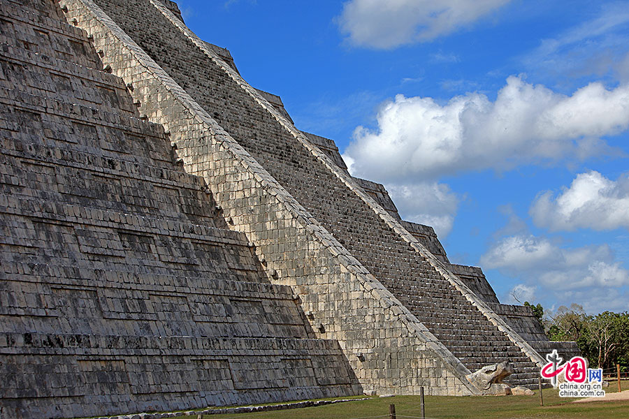 库库尔坎金字塔北侧底部的羽蛇神