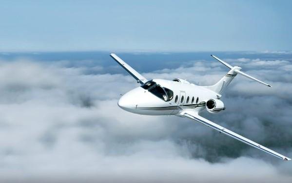 富豪坐私人飞机 保姆沾光游世界