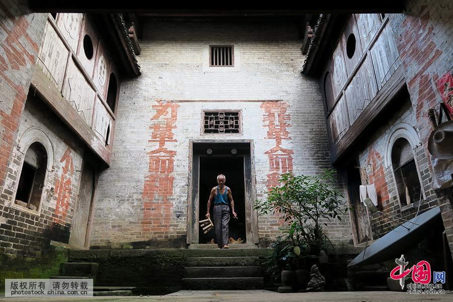 11月7日,在广西桂林市恭城瑶族自治县莲花镇东寨村一户村民家里拍摄的标语。中国网图片库 王滋创 摄