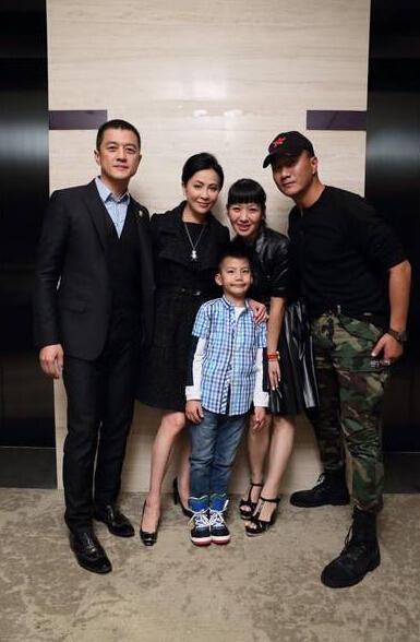 刘嘉玲与胡军儿子康康亲亲 母爱泛滥的明星干妈团