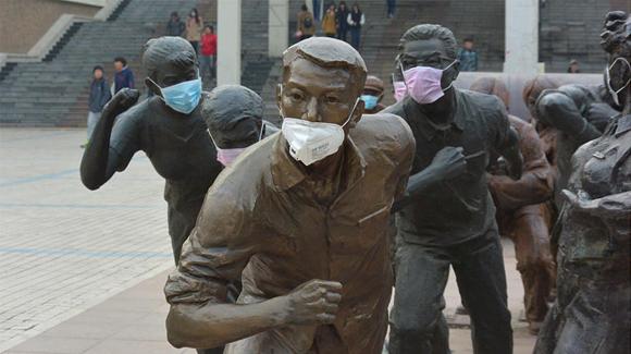 一校园雕塑集体戴口罩