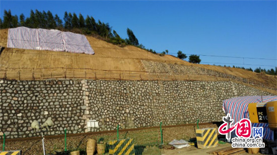 枕木铺设完成后,挖机进入裂缝段