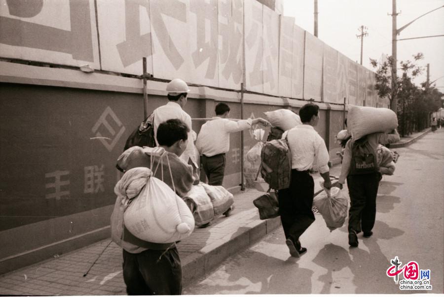 中国农民工在路上
