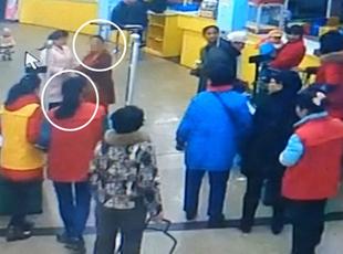 老人内急超市地漏处小便遭殴打