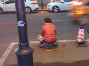 老夫妻坐车位 防止孩子车位被占