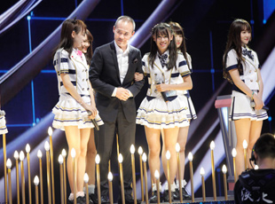 SNH48卖萌 王石求合影