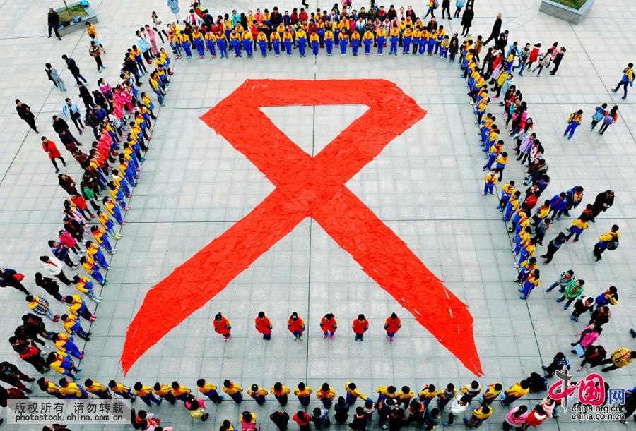 巨型红丝带迎接第28个 世界艾滋病日图片
