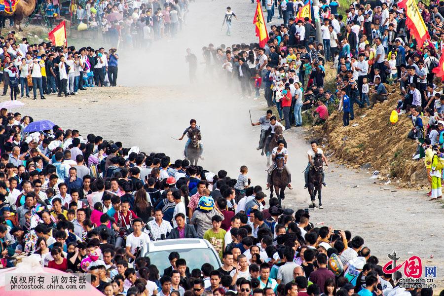 端节是水族最盛大的传统节日,与汉族的春节一样。依据水族典籍水书、水历的规定,端节的过节日期从水历十二月至新年二月(相当于汉族农历八至十月),年底岁首的谷熟时节举行。中国网图片库 邓飞摄