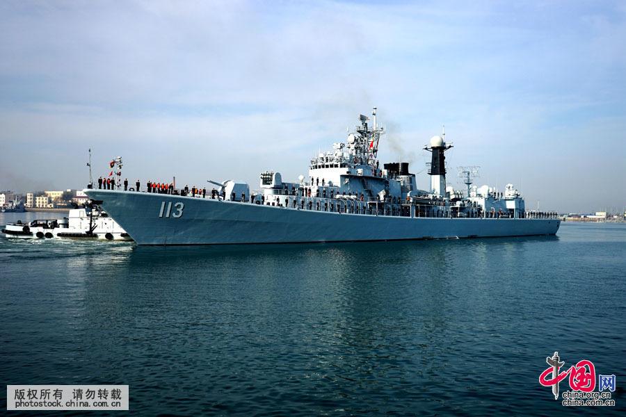 尹默摄 2015年12月6日上午10时 ,山东青岛,海军第二十二批护航编队从青岛某军港解缆起航,奔赴亚丁湾、索马里海域接替第二十一批护航编队执行护航任务。 据悉,第二十二批护航编队由导弹护卫舰大庆舰、导弹驱逐舰青岛舰和综合补给舰太湖舰组成,携带舰载直升机2架、特战队员数十名,任务官兵700余人。其中,大庆舰是首次执行护航任务,青岛舰是第2次执行护航任务,太湖舰连续执行过2批护航任务。 护航舰艇简介 【导弹护卫舰大庆舰】舷号576,是我国自行研制设计生产的多用途全封闭型导弹护卫舰。2015年1月