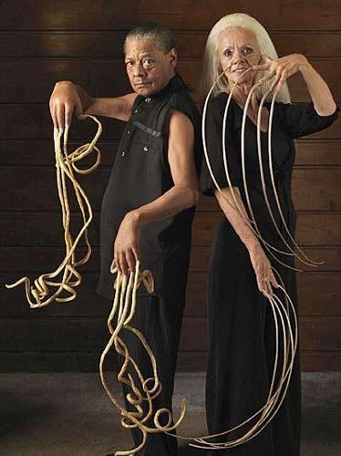 当今世界指甲最长的男人和女人 现年68岁,来自美国犹他州盐湖城的妇女李·雷蒙德自1979年起就开始留手指甲,2006年,她作为世界上指甲最长的女性被收入吉尼斯世界纪录.