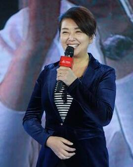 她曾是中国男人的梦中女神 如今成韩红背后的女人