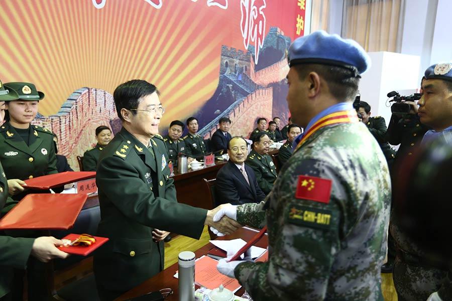 张烈英中将_图为军区副政委张烈英向受表彰奖励官兵代表颁发奖章,证书.