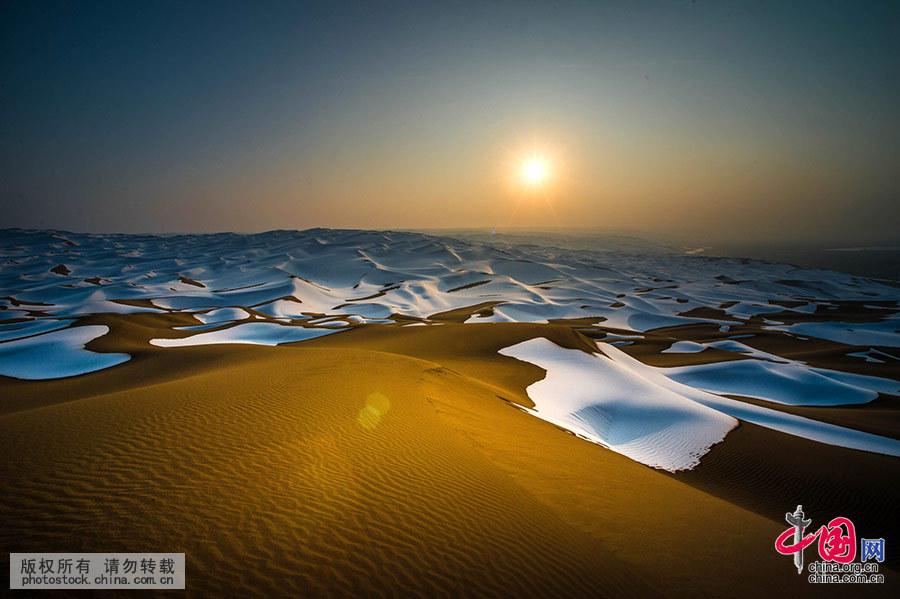 夕阳下的金黄色沙山。中国网图片库 马新民 摄