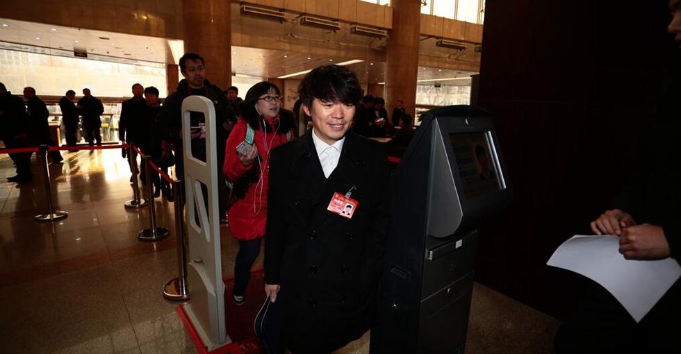 王宝强出席河北省政协会议 群众合影不断