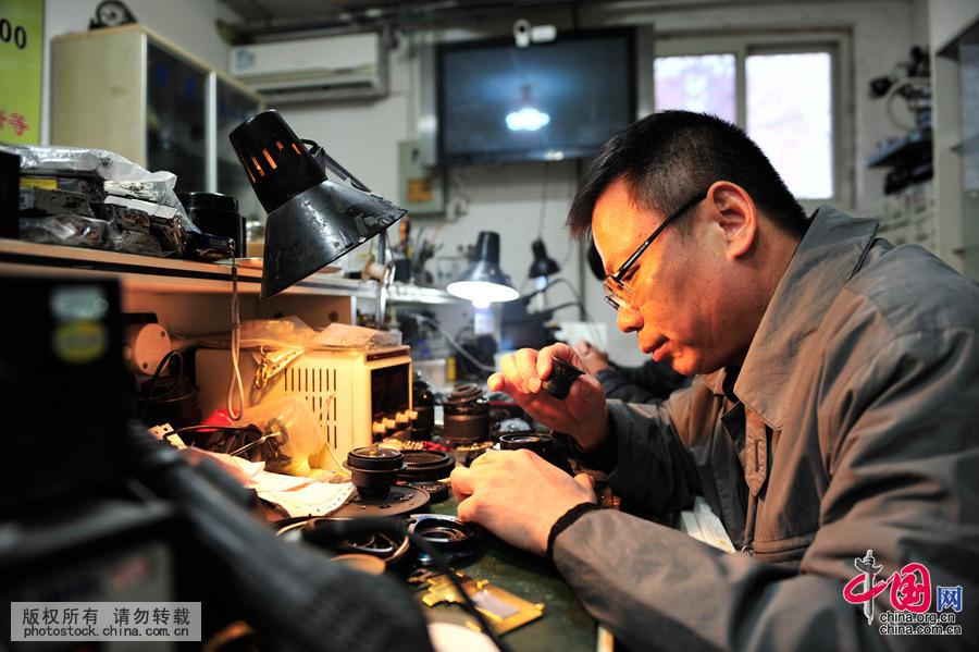 """在北京市海淀区五棵松路40号院内,有家特殊的""""医院"""",而来这儿的""""病人""""则是一些需要维修的相机。这家""""相机医院""""的""""院长"""",是被称为""""相机华佗""""的詹春明师傅。中国网图片库 王伟摄"""