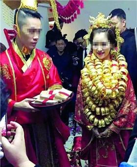 广东中山土豪婚礼 新娘脖子挂满金手镯