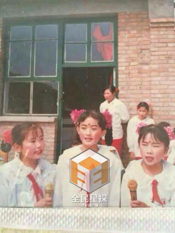 萌翻 赵丽颖童年主持照曝光 盘点明星们的童年照