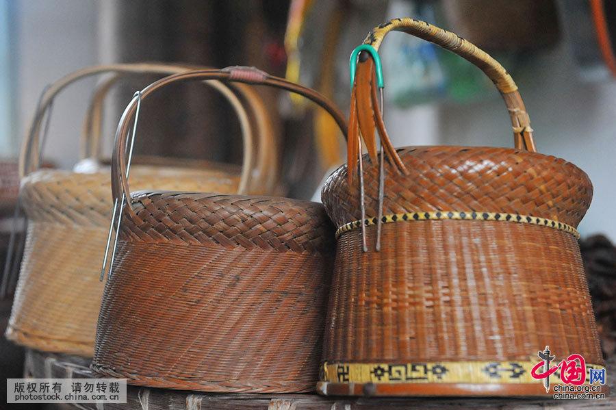 使用竹子编制的火熜最为普遍。竹火熜外部是篾匠用竹篾编制而成,编制时既需要经纬分明,精致好看,又要纹路紧密,整体平整,结实耐用。火熜上部有拎手的把子,中间镂空,里面可放置白铁盆。 中国网图片库 胡剑欢 摄