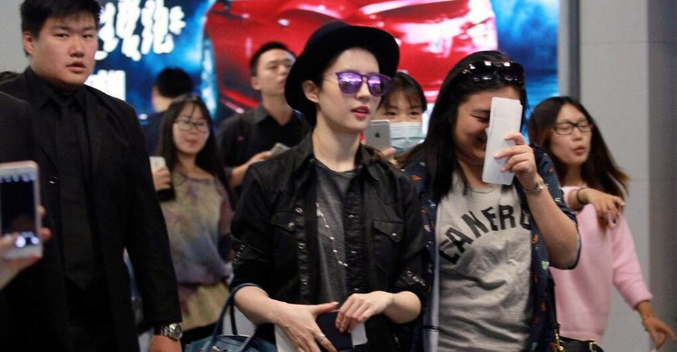 亲民有爱!刘亦菲墨镜潮装现身 边走边为粉丝签名