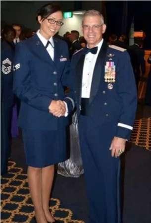 台湾最美长腿女警走红 盘点全球最惊艳女警察