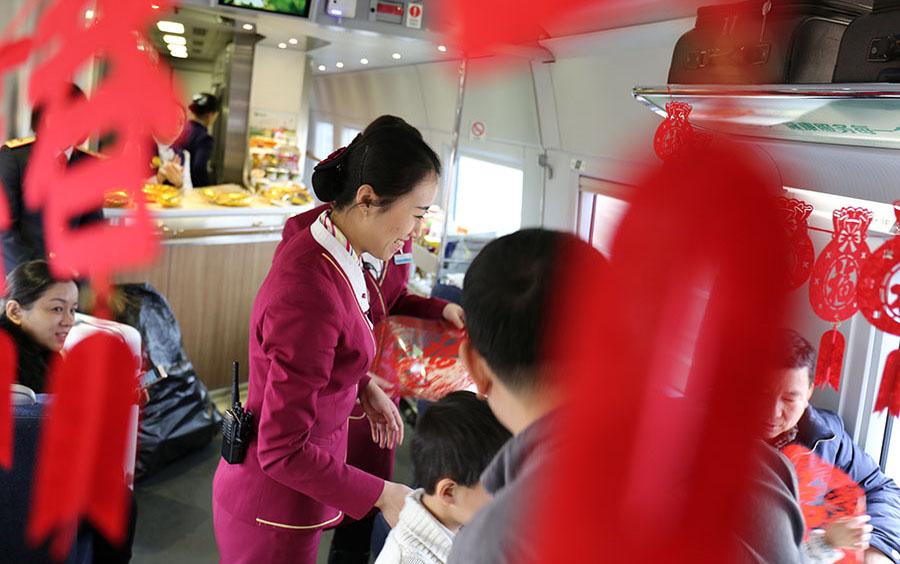 网媒走转改:高铁百合'Lily team'铺就温暖回家路